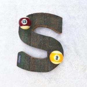Un attaccapanni a forma di lettera con palle da biliardo