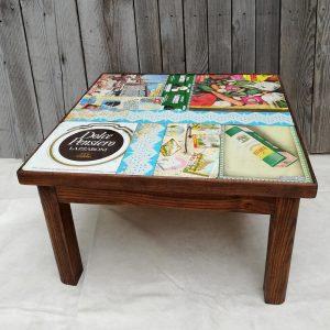 tavolino in legno massello con il piano rivestito di latte d'epoca colorate