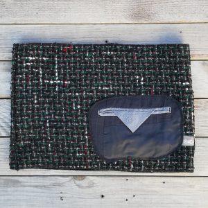 Scaldacollo in tessuto caldo che ha un taschino di giacca come dettaglio. Realizzato da Ricicli Design
