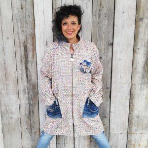 Cappottino ecosostenibile fatto in Italia con tessuti di recupero e pantaloni jeans, pezzo unico di Ricicli Design