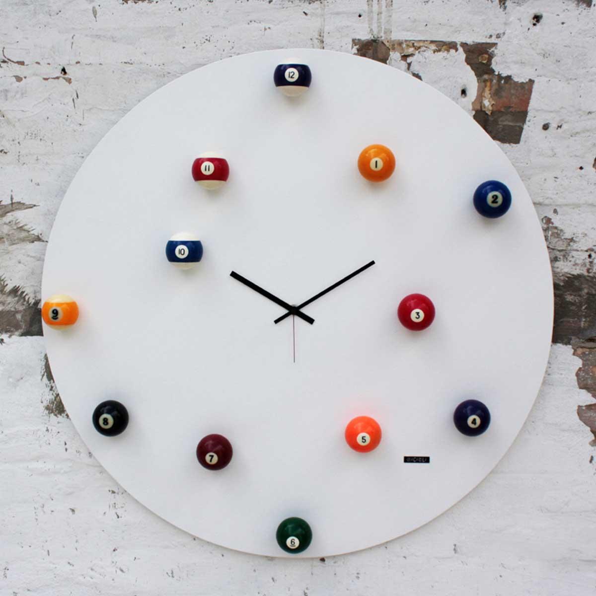 Orologio realizzato con materiali recuperati, legno e palle da biliardo