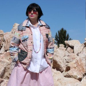 Giubbino ecosostenibile fatto in Italia con tessuti di recupero e pantaloni jeans, pezzo unico di Ricicli Design