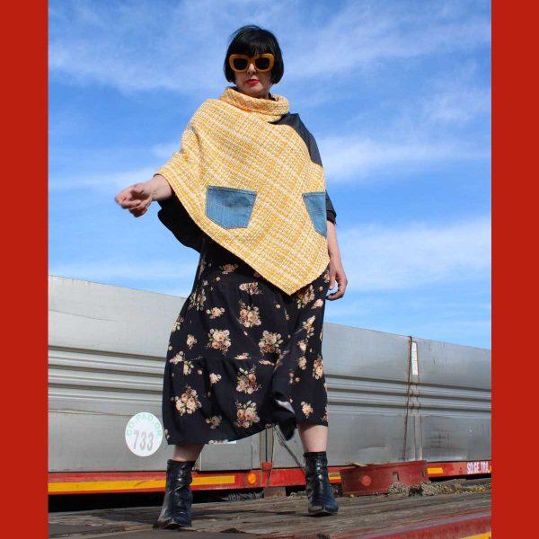 Poncho in tessuto di recupero e pantaloni jeans, pezzo unico di Ricicli Design